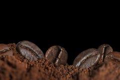 Röstkaffeebohnen und -mehl Stockfotos
