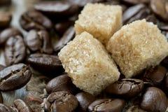 Röstkaffeebohnen- und Rohrzuckernahaufnahme stockfotografie