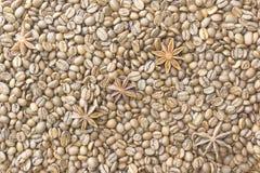 Röstkaffeebohnen und Sternanis, Hintergrund, Beschaffenheit lizenzfreies stockfoto