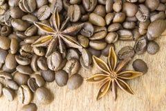 Röstkaffeebohnen und Sternanis, Hintergrund, Beschaffenheit Lizenzfreie Stockfotos
