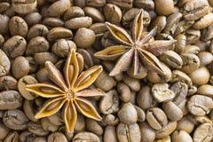 Röstkaffeebohnen und Sternanis, Hintergrund, Beschaffenheit lizenzfreie stockfotografie