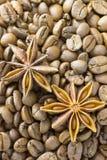 Röstkaffeebohnen und Sternanis, Hintergrund, Beschaffenheit, vertikaler Hintergrund Lizenzfreie Stockbilder