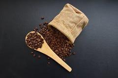 Röstkaffeebohnen von einem Sack Stockfotografie