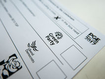 Röstningkort med Miljöpartietlogo arkivfoto