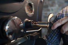 Röstung von Kaffeebohnen - Überprüfen des Prozesses Lizenzfreie Stockfotos
