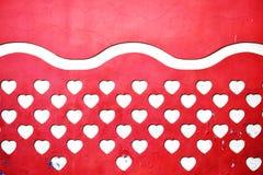 Rötliche Fassade mit hellgelbe Herzen stockbild