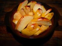 Rötliche gebackene Scheiben der Quitte tragen zum Frühstück Früchte Stockfoto