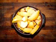 Rötliche gebackene Scheiben der Quitte tragen zum Frühstück Früchte Lizenzfreies Stockbild