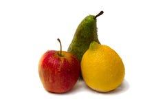Rött äpple, citron och päron arkivfoton