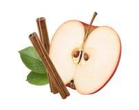 Rött äpple, gräsplansidor, isolerade kanelbruna pinnar royaltyfria bilder