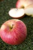 Rött äpple med äppleskivor Arkivbilder