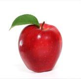 Rött äpple med leafen Arkivbild