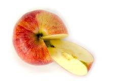 Rött äpple och ett fragment på en vit bakgrund Fotografering för Bildbyråer