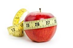 Rött äpple och måttband Royaltyfri Foto