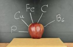 Rött äpple på blackboarden Arkivfoto