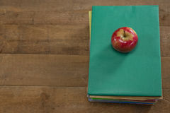 Rött äpple på bokbunt Royaltyfria Bilder