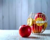 Rött äpple på den vita tabellen Royaltyfri Foto