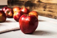 Rött äpple på träbakgrund Royaltyfria Foton