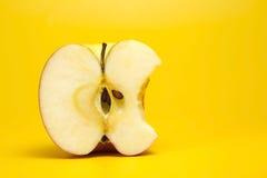 Rött äpple som in half klipps Arkivbild