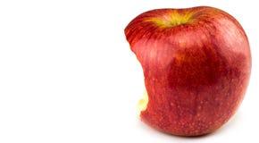 Rött äpple som har varit biten in i på vit bakgrund arkivfoto