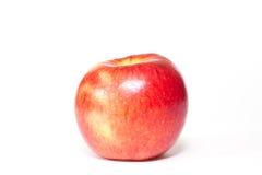 Rött äpple som isoleras på vit bakgrund Arkivfoton