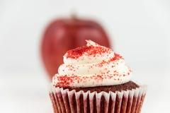 Rött äpple vs den röda sammetmuffin arkivbilder