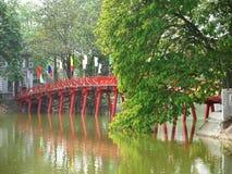 Rött överbrygga i Hoan Kiem laken, Hanoi royaltyfria foton