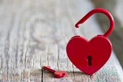 Rött abstrakt begrepp för förälskelse för dag för valentin för hänglåshjärtaform Arkivbild