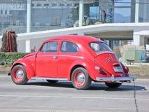 Rött av den Volkswagen skalbaggen Arkivfoto