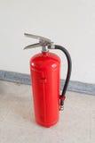 Rött avfyra eldsläckaren Arkivfoto