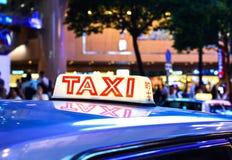 Rött bästa tecken av Hong Kong Taxi på den upptagna stadsmitten arkivfoton