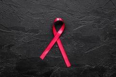 Rött band för HIV, HJÄLPMEDEL, drogmissbruk och anoreximedvetenhet på bästa sikt för svart bakgrund Arkivfoton