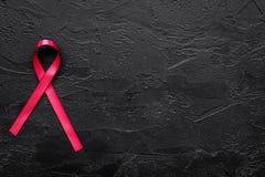 Rött band för HIV, HJÄLPMEDEL, drogmissbruk och anoreximedvetenhet på svart copyspace för bästa sikt för bakgrund Royaltyfria Foton