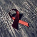 Rött band för kampen mot HJÄLPMEDEL Fotografering för Bildbyråer
