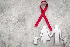 Rött band för near pappers- kontur för HIV, för HJÄLPMEDEL, för drogmissbruk och för anoreximedvetenhet av familjen på grå färgst Royaltyfria Bilder
