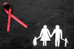 Rött band för near pappers- kontur för HIV, för HJÄLPMEDEL, för drogmissbruk och för anoreximedvetenhet av familjen på svart bakg Arkivbilder
