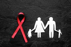Rött band för near pappers- kontur för HIV, för HJÄLPMEDEL, för drogmissbruk och för anoreximedvetenhet av familjen på svart bakg Royaltyfri Fotografi