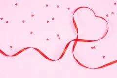 Rött band i formen av en hjärta Royaltyfri Foto
