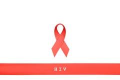 Rött band med ord HJÄLPMEDEL, HIV, SIDA på vit bakgrund Royaltyfria Bilder