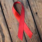 Rött band på träbakgrund, Royaltyfri Bild