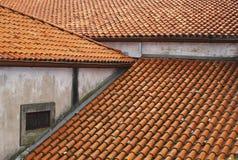 rött belägga med tegel för tak Royaltyfri Fotografi