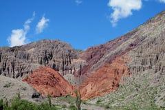 Rött berg i Quebrada de Humahuaca Royaltyfri Foto