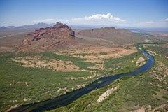 Rött berg och salt flod Fotografering för Bildbyråer
