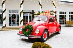 Rött bilanseende i gården Volkswagen Beetle på vinterdag royaltyfri fotografi