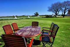 Rött bordlägga med stolar på restaurang lawn arkivfoto