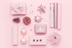 Rött boxas med pilbågen Rosa nordiska julgåvor som isoleras på bakgrund för pastellfärgade rosa färger Slågna in xmas-askar fotografering för bildbyråer