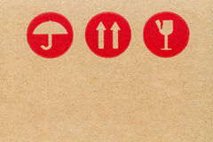 rött bräckligt symbol på papp. Arkivfoton