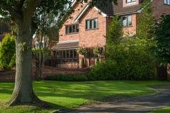 Rött bricked familjhus fotografering för bildbyråer