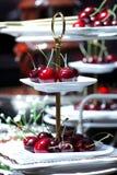 Rött Cherry på den vita maträtten Arkivfoto
