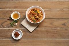 Rött currygriskött för thailändsk mat royaltyfria bilder